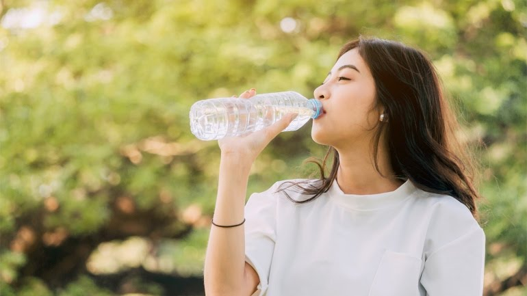 يساعد شرب الماء على معدة خاوية في إزالة السموم من الجسم وتحسين عملية الأيض وتقوية الجهاز المناعي والتخفيف من حرقة المعدة واضطرابات المعدة وتعزيز نضارة البشرة ولمعان الشعر