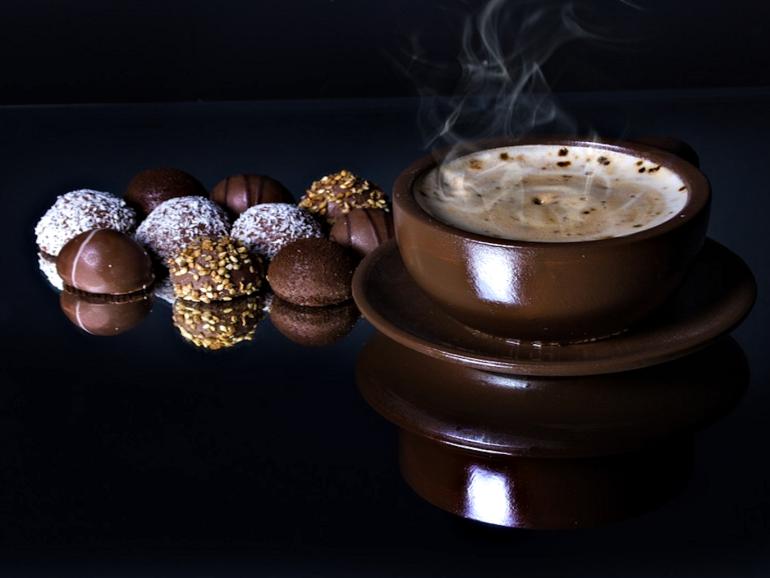 أصبح لدى محبي القهوة الذين يميلون إلى تناول الشوكولاتة الداكنة معها تفسيرا علميا يوضح لهم أن الاثنين مثاليان معا (بيكسابي)